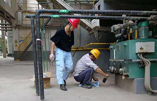 鸿瀚石化技术人员到大型加油站开展换油取样工作